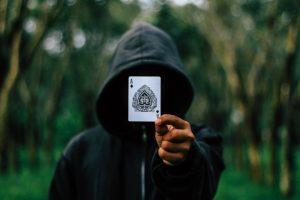 אמן חושים שולף קלף
